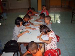 De kinderen maken huiswerk